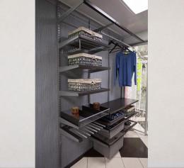 Сетчатая гардеробная система с древесным декором в прихожей