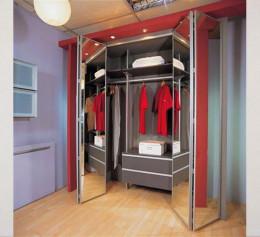 Двери на шкаф встроенный в прихожую складные