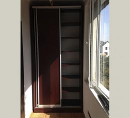 Шкаф купе на балкон с цветным стеклом