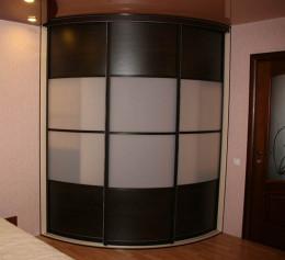 Угловой шкаф купе радиусные в гостиную высокий