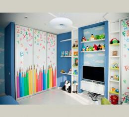 Шкаф купе в детскую комнату яркий
