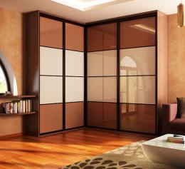 Угловой шкаф купе в гостиную со стеклом лакобель