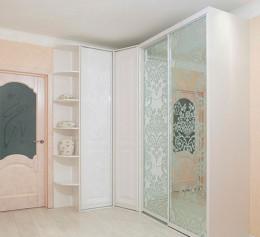 Шкаф купе в прихожую в классическом стиле в декоре белый глянец