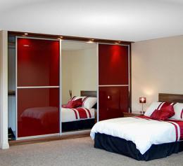 Спальня со шкафом купе красных тонах