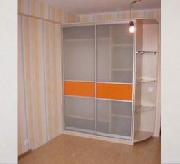 Угловой шкаф купе в спальню с матовым стеклом