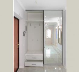 Белый шкаф купе с зеркалом в прихожую