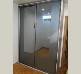 Серый шкаф купе с зеркалом