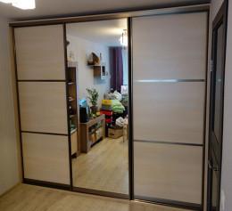 Шкаф купе три двери одна зеркальная
