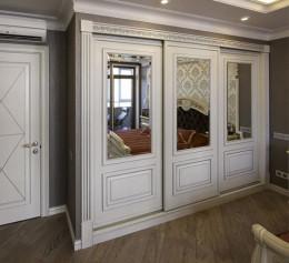 Встроенный классический шкаф в спальню