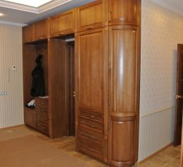 Шкаф в прихожую из массива