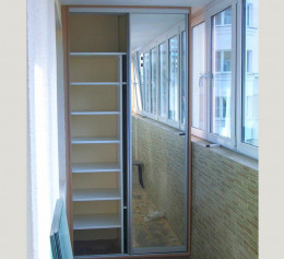 Зеркальный шкаф на балконе