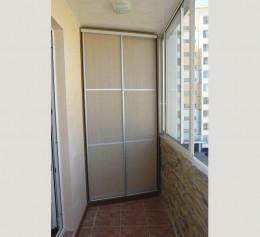 Маленький балкон со шкафом
