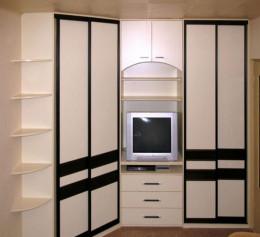 Угловой навесной шкаф в гостиную