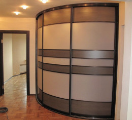 Шкаф в углу коридора