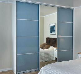 Синий шкаф в спальню