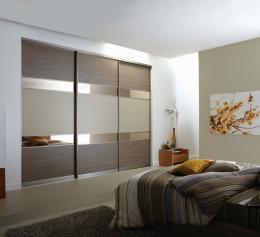 Большой шкаф для одежды в спальню