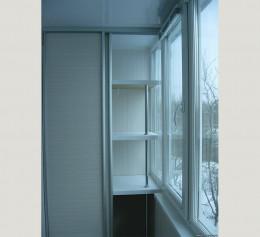 Шкаф для балкона с полками и дверцами
