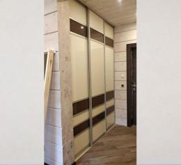 Шкаф в узкой прихожей в квартире